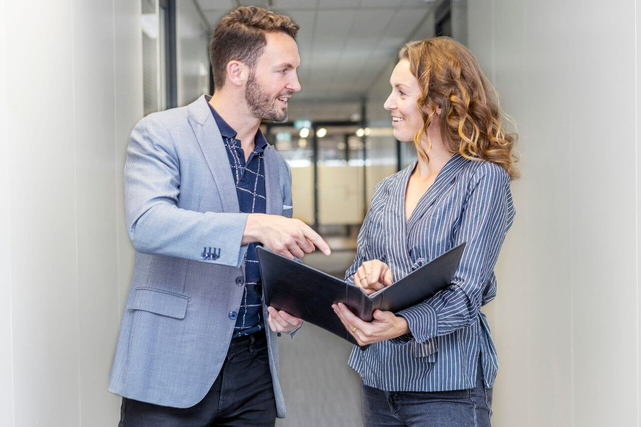 De Sales Coach traint ondernemers en bedrijven in het acquireren van nieuwe klanten en het verhogen van de omzet bij bestaande klanten.